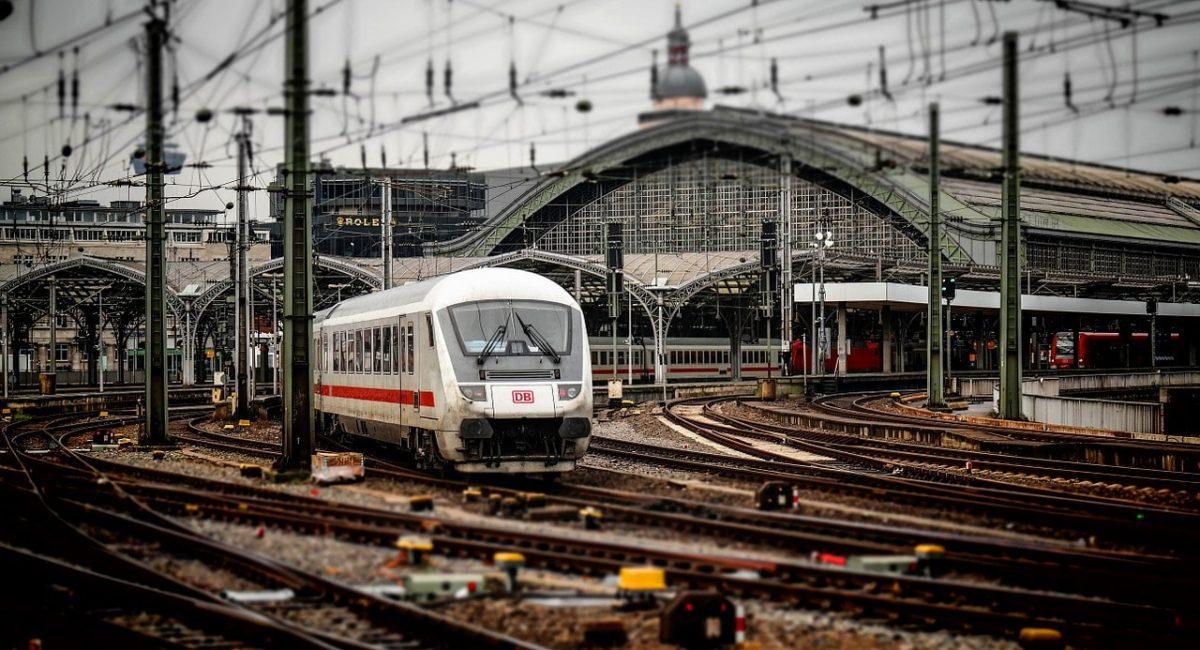railway-station-619082_1280-min